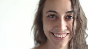 Nahaufnahmegesicht der jungen Schönheitsmischrasse zu Hause Frau zuerst und, die dann traurig und nettes Lächeln ernst schaut stock footage