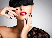 Nahaufnahmegesicht einer Frau mit den schönen sexy roten Lippen und dunklem Na Lizenzfreies Stockfoto