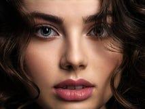 Nahaufnahmegesicht einer Schönheit mit einem rauchigen Augenmake-up stockfotos