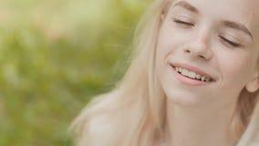 Nahaufnahmegesicht eines lächelnden jährigen blonden Mädchens 19 stock video footage