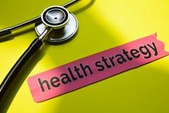 Nahaufnahmegesundheitsstrategie mit Stethoskopkonzeptinspiration auf gelbem Hintergrund lizenzfreie stockfotos