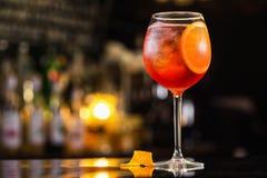 Nahaufnahmeglas von spritz aperol Cocktail, das mit Orange verziert wird stockfotos