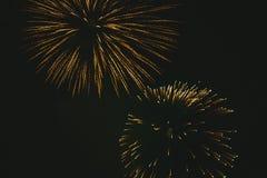 Nahaufnahmegoldfestliche Feuerwerke auf einem schwarzen Hintergrund Abstrakter Feiertagshintergrund stockfotos