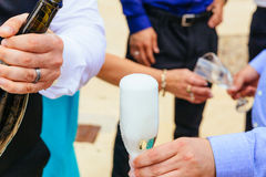 Nahaufnahmehände der Braut und des Bräutigams mit Glaschampagner Lizenzfreies Stockfoto