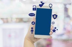 Nahaufnahmehände der Geschäftsfrau Smartphones mit der Anwendung des Social Media, Konzeptlebensstil halten der modernen Gesell stockbild