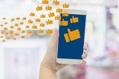 Nahaufnahmehände der Geschäftsfrau Smartphones mit Enjoy halten teilend und zu sozialen Netzwerken, Konzeptlebensstil Stellung ne stockfotos