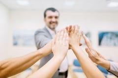 Nahaufnahmehände des Büropersonals Einheit auf einem unscharfen Hintergrund zeigend Startprojektkonzept stockfotografie