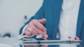 Nahaufnahmehände des Geschäftsmannes Tablette genießend geräte