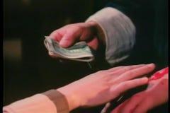 Nahaufnahmehände, die Geld austauschen stock video footage