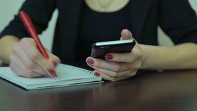 Nahaufnahmehände mit Telefon und Notizbuch stock video