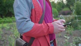 Nahaufnahmehände unter Verwendung des Handymit berührungseingabe bildschirms stock video