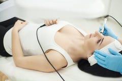 Nahaufnahmehöchstansicht-seitenansichtporträt einer jungen Frau mit einem Schleppseil lizenzfreie stockfotos