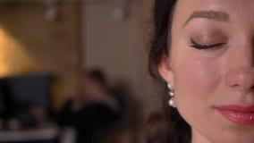 Nahaufnahmehalbgesichtstrieb des jungen hübschen Kaukasiers, der mit ihren Augen weiblich ist, schloss zuhause auf dem Arbeitspla lizenzfreies stockbild