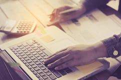 Nahaufnahmehand benutzen Laptops Lizenzfreie Stockfotos