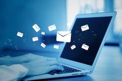Nahaufnahmehand der Geschäftsfrau, die eine Computertastatur des Sendens von E-Mail auf blauem Ton verwendet lizenzfreie stockbilder