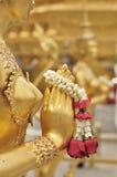 Nahaufnahmehand der goldenen Statue von Kinara bei Wat Phra Kaew in Bangkok, Thailand Lizenzfreie Stockfotos