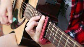 Nahaufnahmehand der jungen Frau des Straßenmusikers, die Akustikgitarre spielt stock video