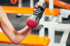 Nahaufnahmehand einer jungen Frau, die Dummkopf tut, trainiert in der Turnhalle Stockbild