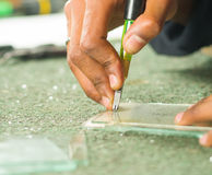 Nahaufnahmehand unter Verwendung Handausschnitt engravement Werkzeugs für Glas Stockfoto