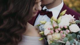 Nahaufnahmehochzeitspaar, Bräutigam küsst den Hals seiner glücklichen Braut stock footage
