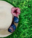 Nahaufnahmehut, -blume und -sonnenbrillen Stockbilder