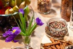 Nahaufnahmeimbisse, purpurrote Mischung des Iris-, frischen und Trockenfrüchte, Roten, weißen und Schwarzenpfeffers in der Glassc stockbilder