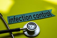 Nahaufnahmeinfektionskontrolle mit Stethoskopkonzeptinspiration auf gelbem Hintergrund stockbild
