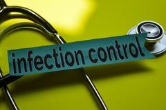 Nahaufnahmeinfektionskontrolle mit Stethoskopkonzeptinspiration auf gelbem Hintergrund lizenzfreie stockfotos