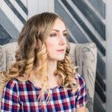Nahaufnahmeinnenporträt des jungen schönen blonden netten wom stockbilder