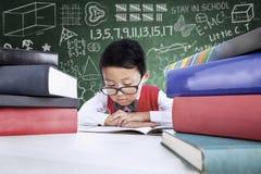 Nahaufnahmejungenstudenten-Lesebücher in der Klasse Stockfoto