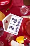 Nahaufnahmekalender mit am 23. November Datum an einem Tabellenhintergrund Danksagungsabendessen und -feier Lizenzfreie Stockfotos