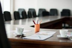 NahaufnahmeKonferenzzimmer mit einer großen Tabelle Lizenzfreies Stockbild