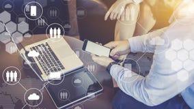 Nahaufnahmelaptop und digitale Tablette auf Tabelle, Smartphone in Männer ` s Händen Virtuelle Ikonen mit Wolken, Leute, Geräte Lizenzfreie Stockfotografie