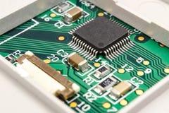NahaufnahmeLeiterplatte mit installierten elektronischen Bauelementen Lizenzfreie Stockfotos