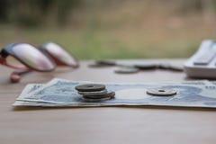 Nahaufnahmemünzenyen und Banknoten Japaner und Taschenrechner auf hölzernem Hintergrund Währung von Japan Lizenzfreie Stockfotografie
