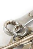 Nahaufnahmemakro benutzte den alten Werkzeugschlüssel, der über weißem Hintergrund lokalisiert wurde Lizenzfreie Stockbilder
