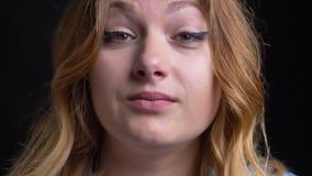 Nahaufnahmemakroporträt des erwachsenen kaukasischen weiblichen Seins mittler und Kamera wild betrachten stock video