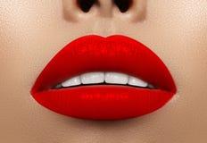 Nahaufnahmemakroschuß des weiblichen Munds Rotes Make-up Lippen des sexy Zaubers mit Sinnlichkeitsgeste Blutiger Lippenstift lizenzfreies stockfoto