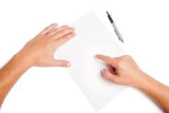 Nahaufnahmemannhände, die auf weißen freien Raum zeigen stockbild