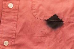 Nahaufnahmemens-Hemd-Tinte befleckte durch undichte Feder lizenzfreies stockbild