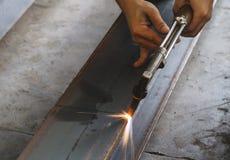 Nahaufnahmemetallschneider, Stahlausschnitt mit Acetylenfackel Stockfotografie
