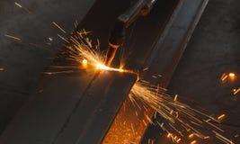 Nahaufnahmemetallschneider, Stahlausschnitt mit Acetylenfackel Stockfoto
