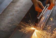 Nahaufnahmemetallschneider, Stahlausschnitt mit Acetylenfackel Stockbild
