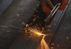 Nahaufnahmemetallschneider, Stahlausschnitt mit Acetylenfackel Stockfotos