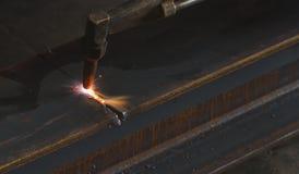 Nahaufnahmemetallschneider, Stahlausschnitt mit Acetylenfackel Stockbilder