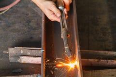 Nahaufnahmemetallschneider, Stahlausschnitt mit Acetylenfackel Lizenzfreies Stockfoto