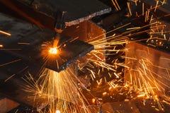 Nahaufnahmemetallschneider, Stahlausschnitt mit Acetylenfackel Lizenzfreies Stockbild