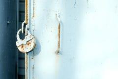 Nahaufnahmemetalltür mit Verschluss, grungy Art Hintergrund für eine Einladungskarte oder einen Glückwunsch Stockbilder