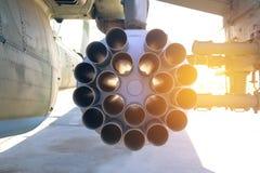 Nahaufnahmemilitärhubschrauber ausgerüstet mit geführten Panzerabwehrraketen und Flugzeugraketen stockbild