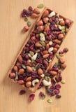 Nahaufnahmemischung unterschiedlich von den Nüssen und von den Trockenfrüchten Stockfotografie